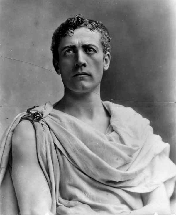 a comparison of brutus and caesar in julius caesar a play by william shakespeare The julius caesar characters covered include: brutus, julius caesar, antony, cassius, octavius, casca, calpurnia, portia, flavius, cicero, lepidus, murellus, decius unlike caesar, brutus is able to separate completely his public life from his private life by giving priority to matters of state, he epitomizes roman virtue.